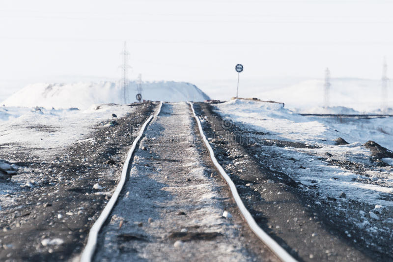 Παραμόρφωση της γραμμής σιδηροδρόμων, που χτίζεται permafrost στοκ εικόνες