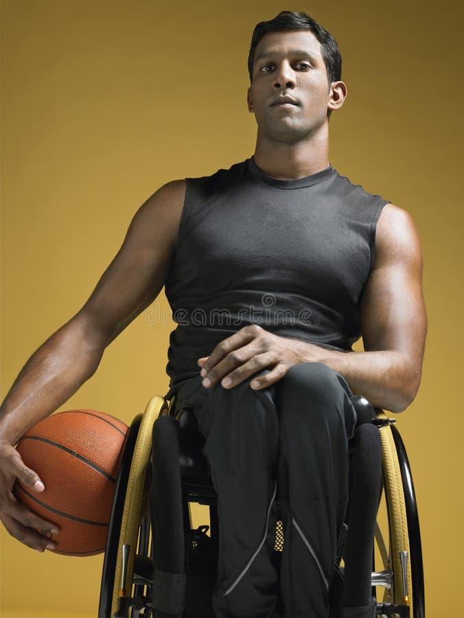 Παραπληγικός αθλητής με την καλαθοσφαίριση στην αναπηρική καρέκλα στοκ εικόνες με δικαίωμα ελεύθερης χρήσης