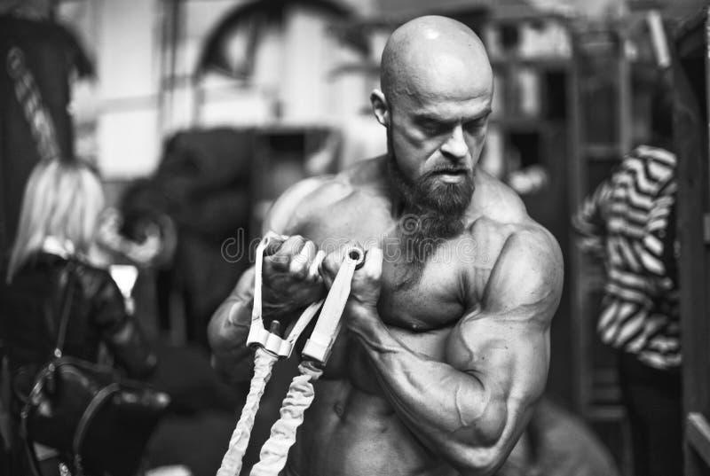 Παρασκήνια ανταγωνισμού Bodybuilding: ο αγωνιζόμενος που είναι λαδωμένο και πλαστό μαύρισμα ίσχυσε να ξεφλουδίσει το μαύρο κορίτσ στοκ εικόνα