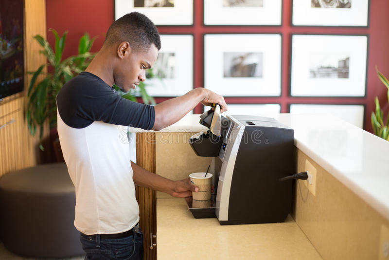 Παρασκευάζοντας καφές στοκ εικόνες