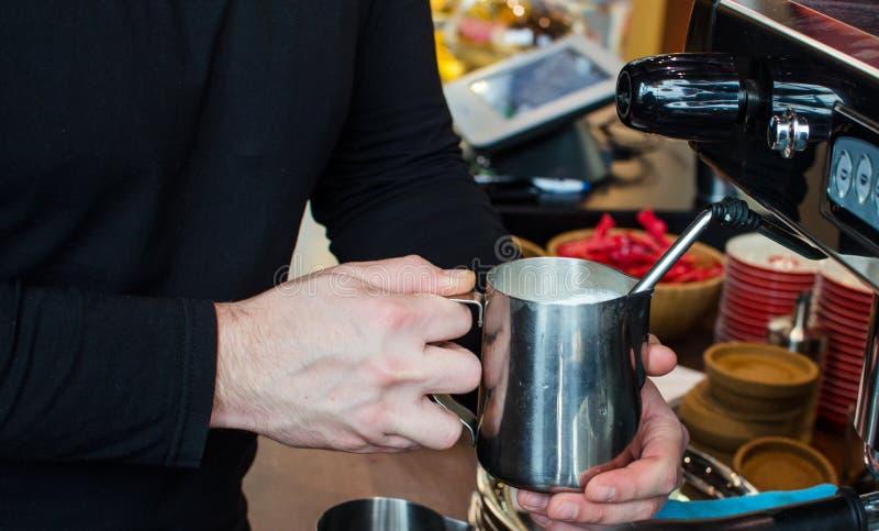 Παρασκευή καφέ Barista στοκ φωτογραφίες με δικαίωμα ελεύθερης χρήσης