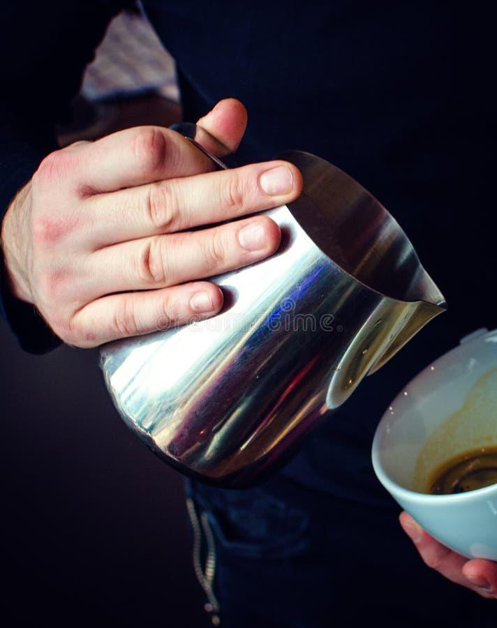 Παρασκευή καφέ Barista στοκ εικόνες με δικαίωμα ελεύθερης χρήσης