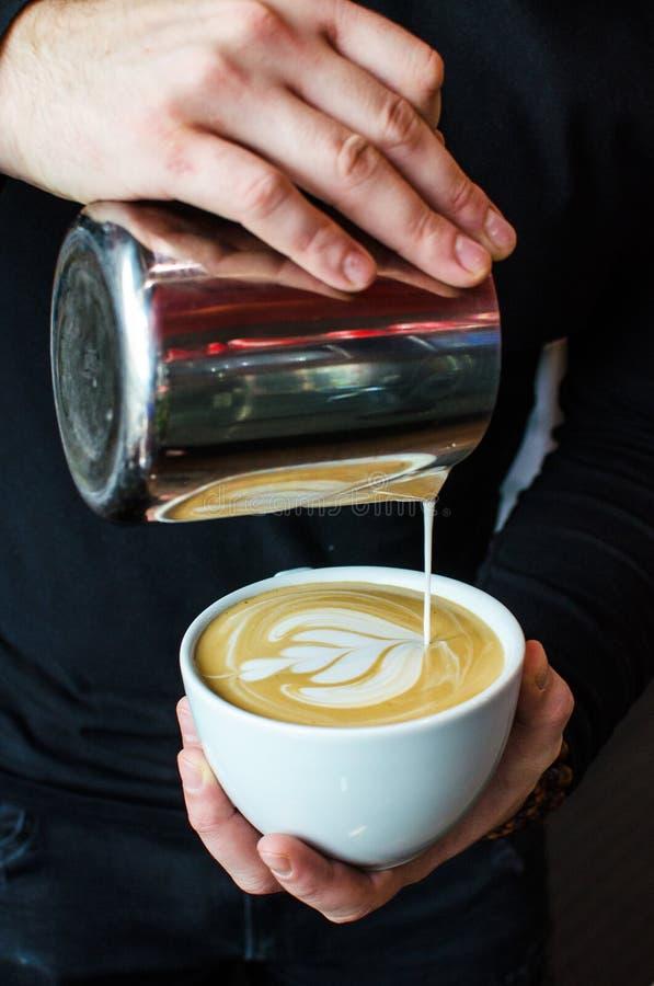 Παρασκευή καφέ Barista στοκ φωτογραφία με δικαίωμα ελεύθερης χρήσης