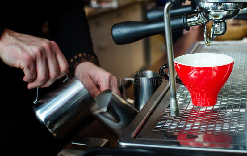 Παρασκευή καφέ Barista στοκ εικόνα με δικαίωμα ελεύθερης χρήσης