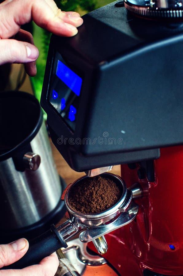 Παρασκευή καφέ Barista στοκ φωτογραφία