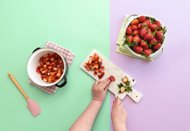 Παρασκευή μαρμελάδας φράουλας με νωπά φρούτα Φράουλες σε φέτες στοκ φωτογραφίες