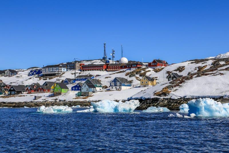 Παρασύροντα παγόβουνα κατά μήκος της ακτής πόλεων του Νουούκ στοκ φωτογραφία με δικαίωμα ελεύθερης χρήσης
