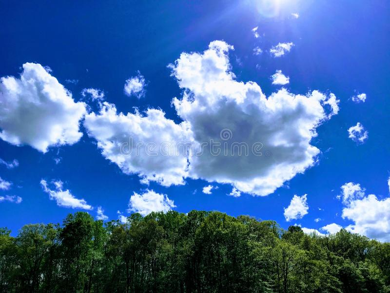 Παρασύροντα σύννεφα στο λαμπρό μπλε ουρανό στοκ φωτογραφία με δικαίωμα ελεύθερης χρήσης