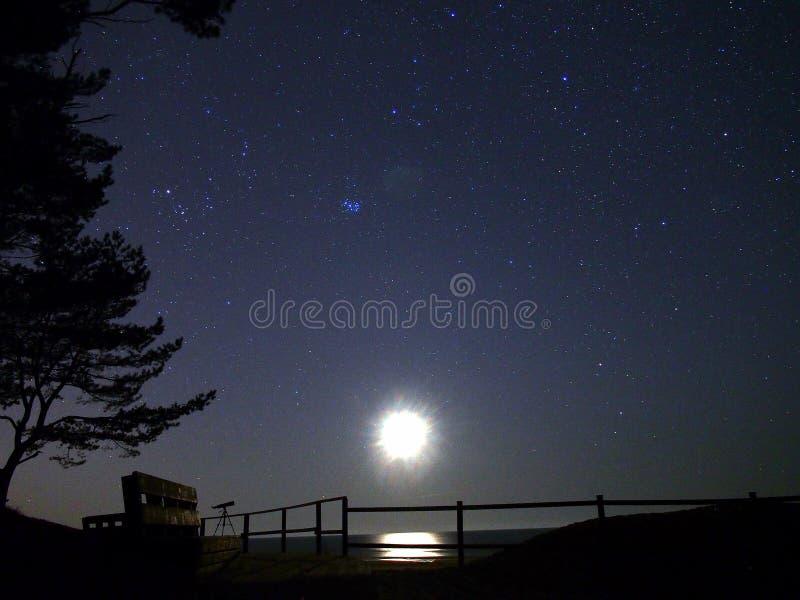 Παρατήρηση αστεριών φεγγαριών και νυχτερινού ουρανού στοκ φωτογραφία με δικαίωμα ελεύθερης χρήσης