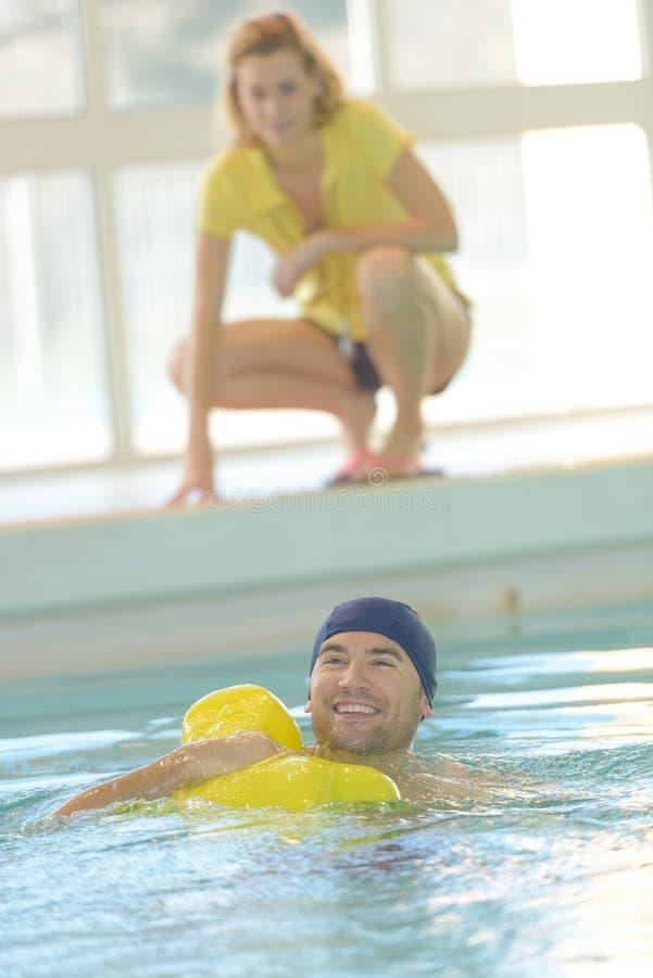 Παρατήρηση του ασθενή κατά τη διάρκεια της θεραπείας κολύμβησης στοκ φωτογραφίες