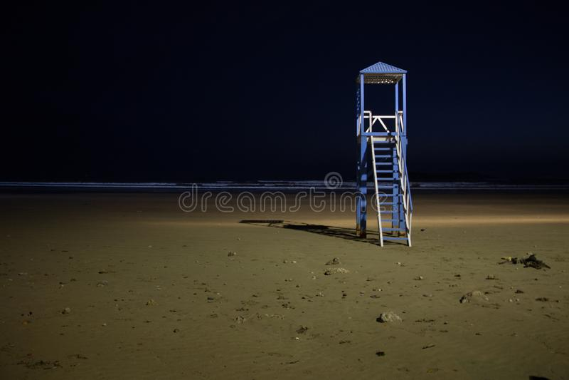 Παρατηρητήριο παραλιών στην παραλία Essaouira που φωτίζεται τη νύχτα στοκ φωτογραφίες με δικαίωμα ελεύθερης χρήσης