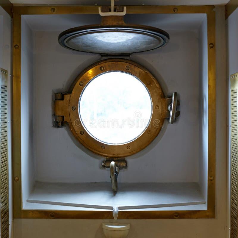 Παραφωτίδα ορείχαλκου σε ένα παλαιό στρατιωτικό σκάφος ατμού στοκ φωτογραφία με δικαίωμα ελεύθερης χρήσης