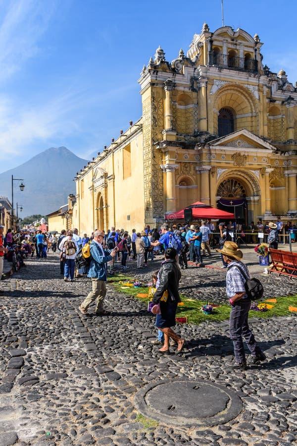 Παραχωρήσώνται τάπητες έξω από την εκκλησία & το ηφαίστειο, Αντίγκουα, Γουατεμάλα στοκ εικόνες με δικαίωμα ελεύθερης χρήσης