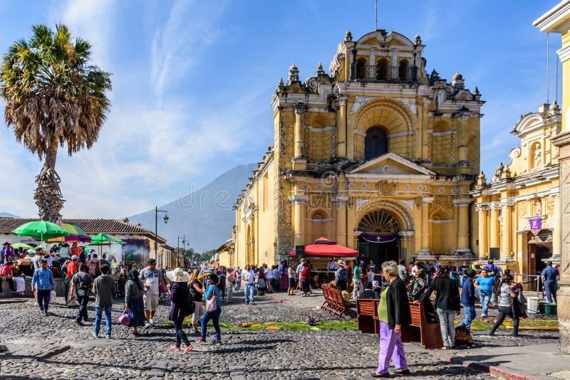 Παραχωρήσώνται τάπητες έξω από την εκκλησία & το ηφαίστειο, Αντίγκουα, Γουατεμάλα στοκ εικόνες