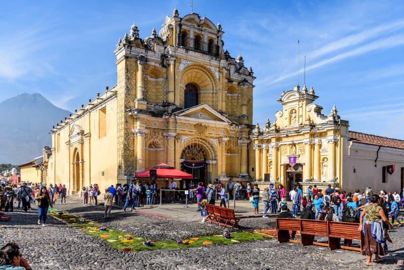 Παραχωρήσώνται τάπητες έξω από την εκκλησία & το ηφαίστειο, Αντίγκουα, Γουατεμάλα στοκ φωτογραφίες με δικαίωμα ελεύθερης χρήσης