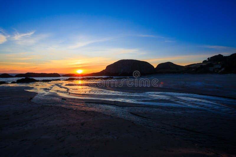 Παραλία βράχου σφραγίδων στο ηλιοβασίλεμα στο Όρεγκον στοκ εικόνες