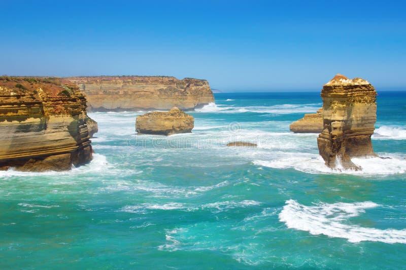Παραλία και βράχοι δώδεκα αποστόλων στην Αυστραλία, Βικτώρια, τοπίο της μεγάλης ωκεάνιας οδικής ακτής στοκ φωτογραφίες