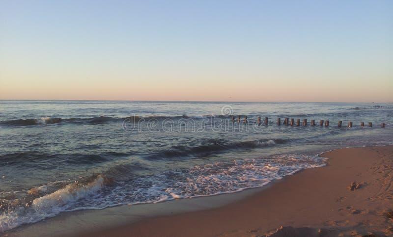 Παραλία και κύματα από τη θάλασσα της Βαλτικής στοκ εικόνες