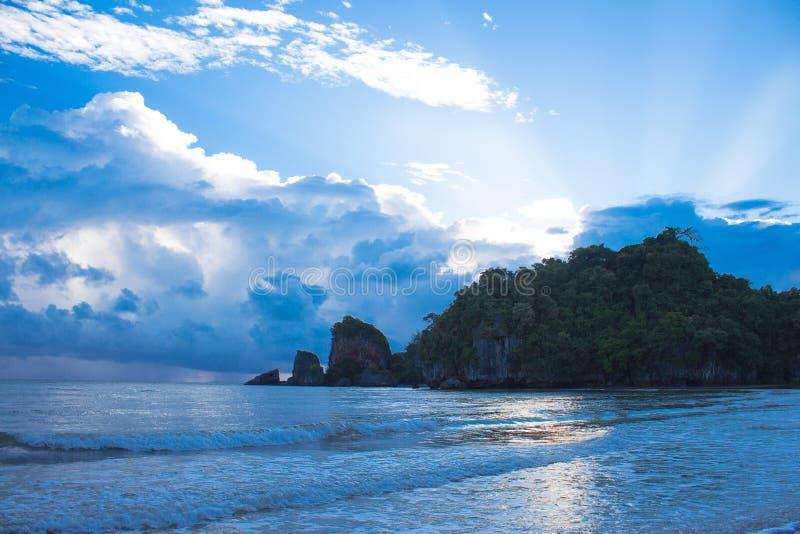 Παραλία και σκούρο μπλε σκιά αντανάκλασης φωτός του ήλιου στοκ εικόνα με δικαίωμα ελεύθερης χρήσης