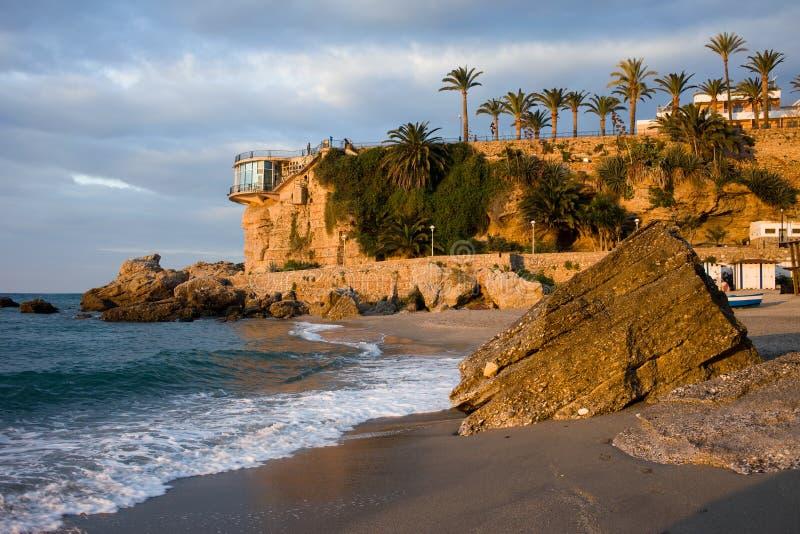 Παραλία και Balcon de Ευρώπη Calahonda Nerja στην ανατολή στοκ εικόνες με δικαίωμα ελεύθερης χρήσης