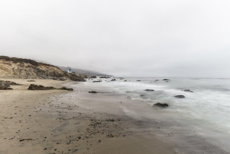 Παραλία Καλιφόρνιας με το νερό θαμπάδων κινήσεων σε Malibu στοκ εικόνα με δικαίωμα ελεύθερης χρήσης