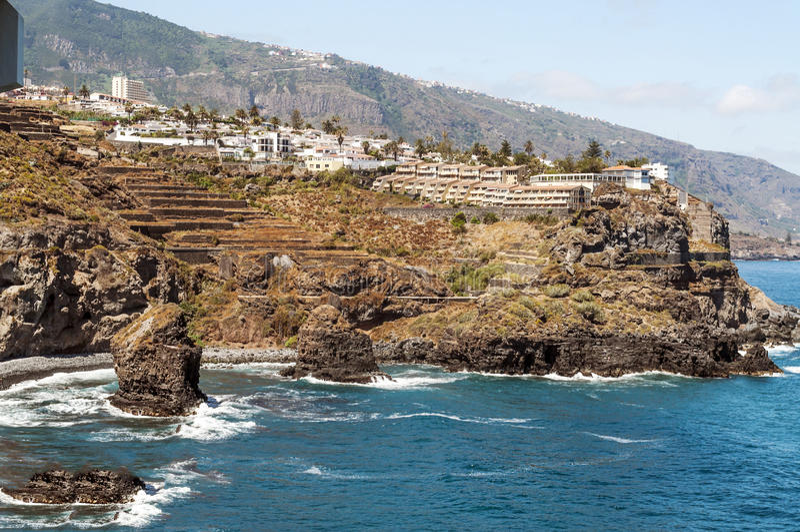 Παραλία με τον απότομο βράχο στοκ φωτογραφίες με δικαίωμα ελεύθερης χρήσης