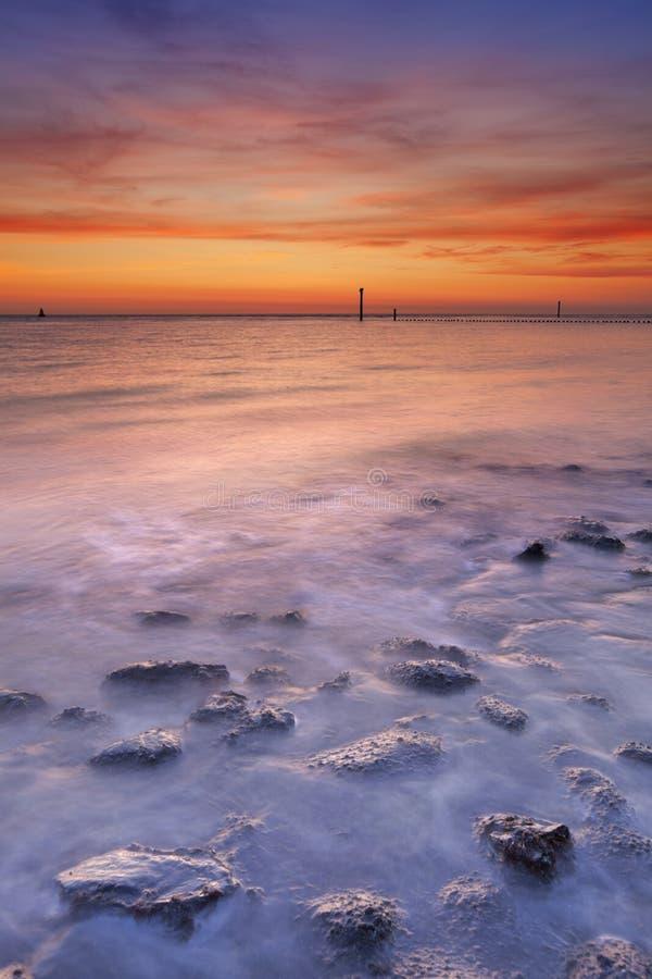 Παραλία με τους βράχους στο ηλιοβασίλεμα Zeeland, οι Κάτω Χώρες στοκ φωτογραφίες με δικαίωμα ελεύθερης χρήσης