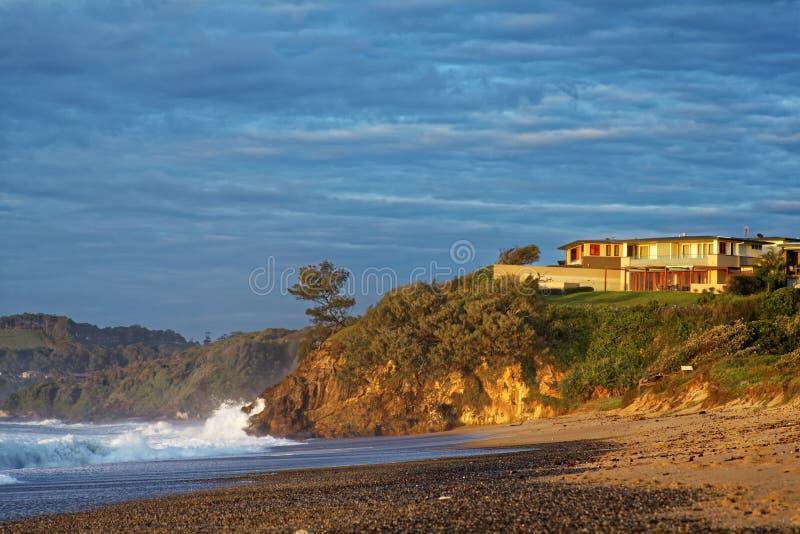 Παραλία σπιτιών πολυτέλειας από τη χρυσή ανατολή στοκ εικόνες