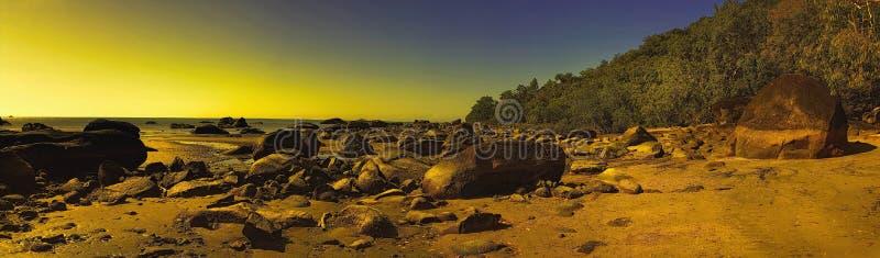 Παραλία στον τρόπο στους τύμβους Yarrrabah στοκ εικόνα με δικαίωμα ελεύθερης χρήσης