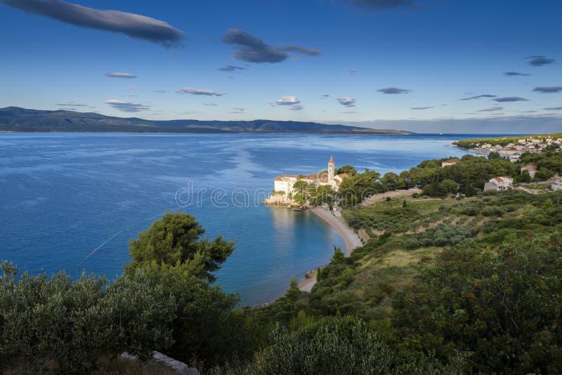 Παραλία στο παλαιό δομινικανό μοναστήρι και αρουραίος Zlatni στο υπόβαθρο, Bol, νησί Brac, Κροατία στοκ φωτογραφία με δικαίωμα ελεύθερης χρήσης