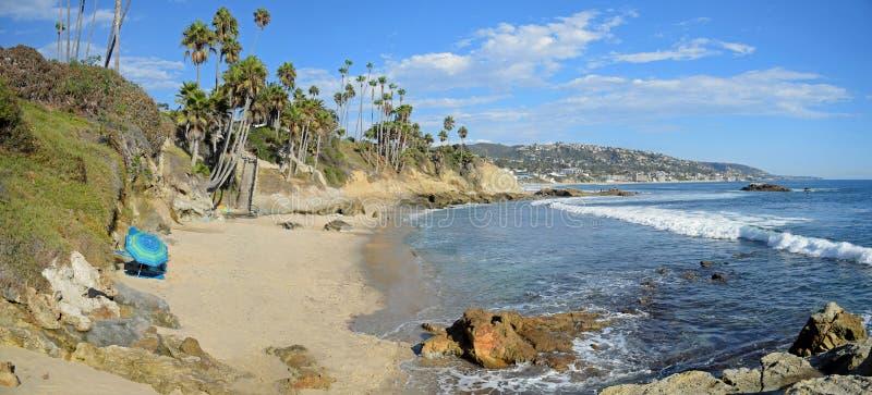 Παραλία σωρών βράχου κάτω από το πάρκο Heisler στο Λαγκούνα Μπιτς Καλιφόρνια στοκ εικόνες