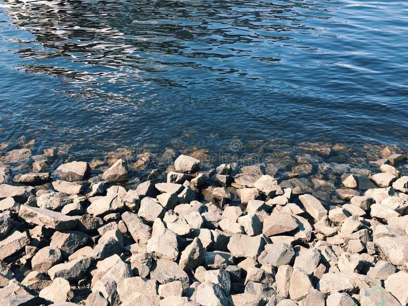 Παραλία του ποταμού με τις δροσερές πέτρες στοκ φωτογραφία με δικαίωμα ελεύθερης χρήσης