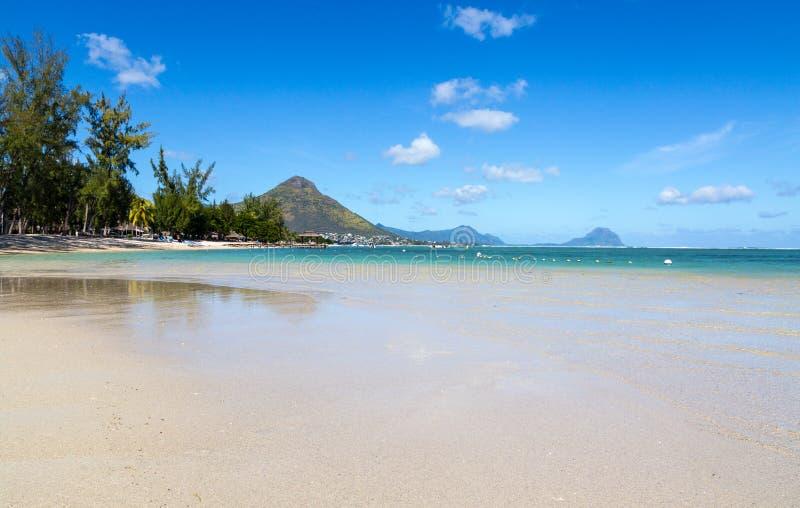 Παραλία του En Flic flac που αγνοεί Tourelle du Tamarin Μαυρίκιος στοκ εικόνες