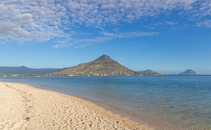 Παραλία του En Flic flac που αγνοεί Tourelle du Tamarin Μαυρίκιος στοκ φωτογραφία με δικαίωμα ελεύθερης χρήσης