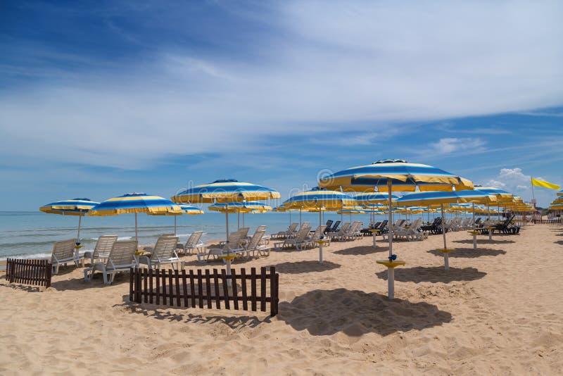 Παραλία το καλοκαίρι στην ακτή Μαύρης Θάλασσας στοκ φωτογραφίες με δικαίωμα ελεύθερης χρήσης