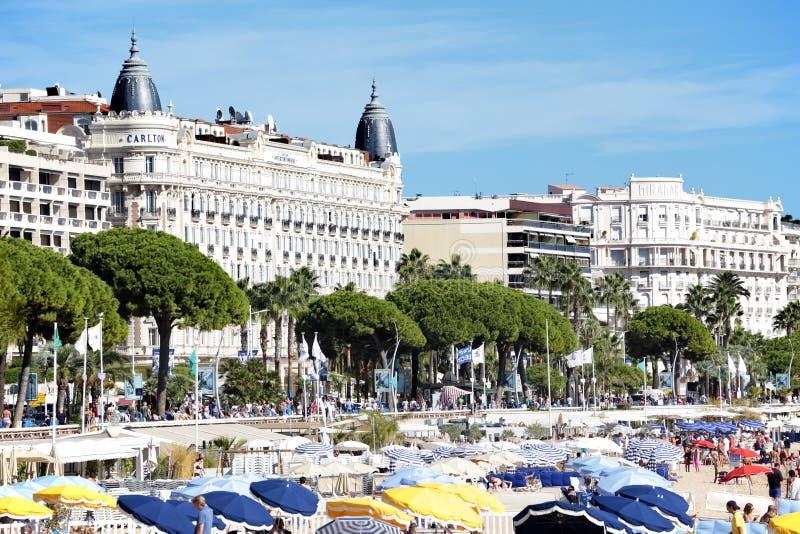 Παραλία των Καννών και διεθνές ξενοδοχείο του Carlton, νότος της Γαλλίας στοκ εικόνες με δικαίωμα ελεύθερης χρήσης