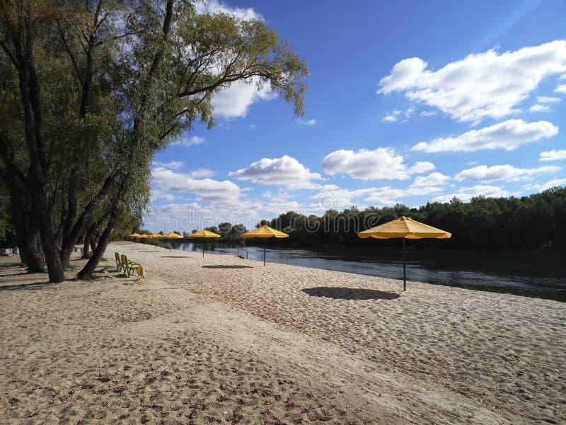 Παραλία φθινοπώρου στην όχθη ποταμού στοκ φωτογραφίες
