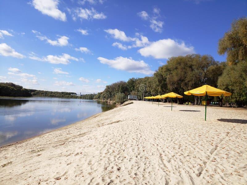 Παραλία φθινοπώρου στην όχθη ποταμού στοκ φωτογραφία