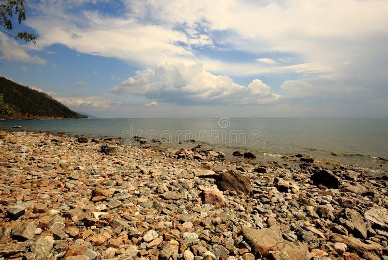 Παραλία χαλικιών στην ακτή της λίμνης Baikal στοκ εικόνες