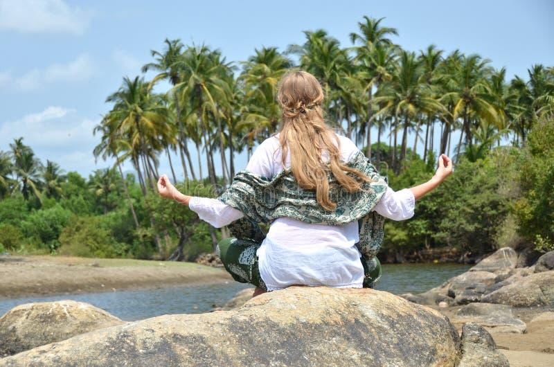 Παραλία Agonda ah goa Ινδία Ινδός bizhyuteriya κοντά στις γυναίκες θαλασσίων εμπορίων στοκ εικόνες με δικαίωμα ελεύθερης χρήσης