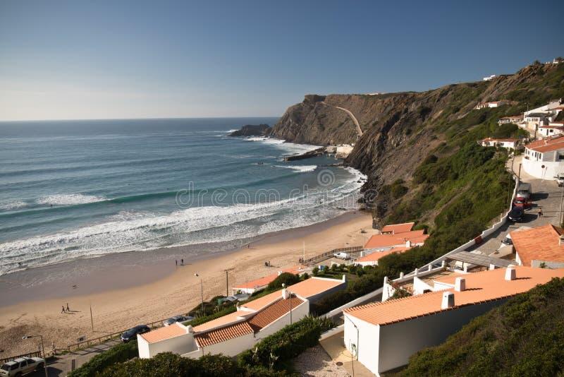 Παραλία Arrifana με τα σπίτια στην ατλαντική ακτή στοκ εικόνες με δικαίωμα ελεύθερης χρήσης