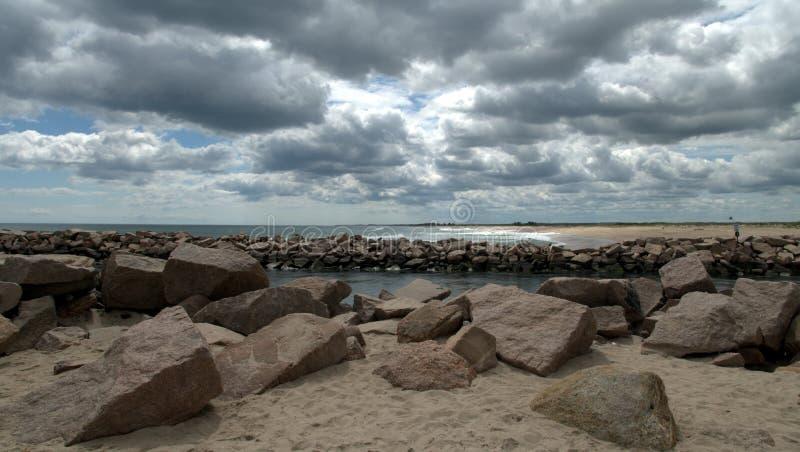 Παραλία Breachway στις αρχές του καλοκαιριού με τα σύννεφα στοκ φωτογραφίες με δικαίωμα ελεύθερης χρήσης