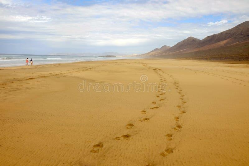 Παραλία Cofete και ένα ζεύγος που περπατά κατά μήκος του σε Fuerteventura, Ισπανία στοκ φωτογραφία με δικαίωμα ελεύθερης χρήσης