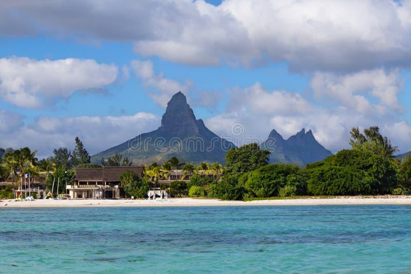 Παραλία Flic EN Flac με Piton de Λα Petite Riviere Noire Maur στοκ εικόνα