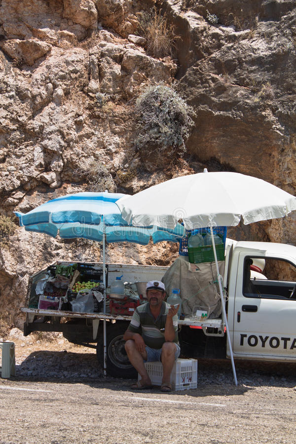 Παραλία Kaputas, Τουρκία - 4 Ιουλίου 2012: άτομο που πωλεί τα φρέσκα νόστιμα τοπικά κεράσια φρούτων στο φορτηγό συλλογών του από  στοκ φωτογραφίες με δικαίωμα ελεύθερης χρήσης