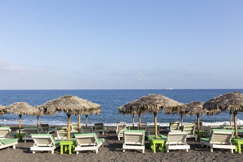 Παραλία Perissa (μαύρη παραλία) στο νησί Santorini, Ελλάδα στοκ φωτογραφίες