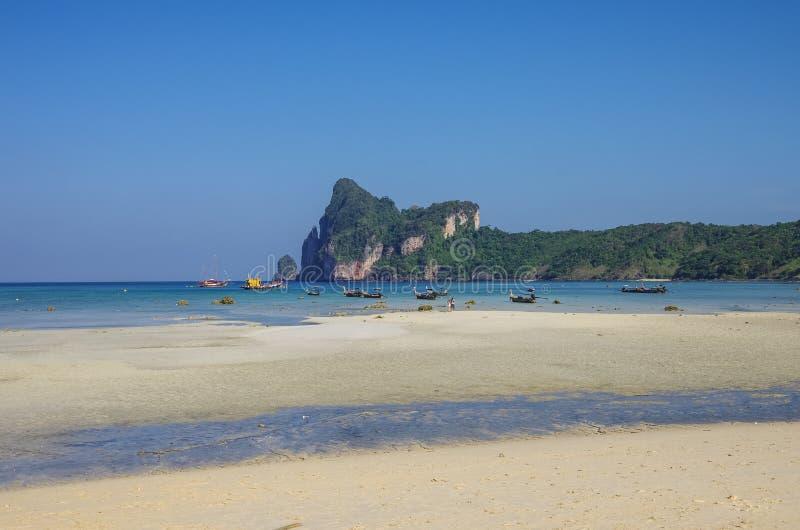 Παραλία Phi Phi του νησιού στη χαμηλή παλίρροια με τον κόλπο και τη λέμβο πλοίου στην ΤΣΕ στοκ φωτογραφίες με δικαίωμα ελεύθερης χρήσης