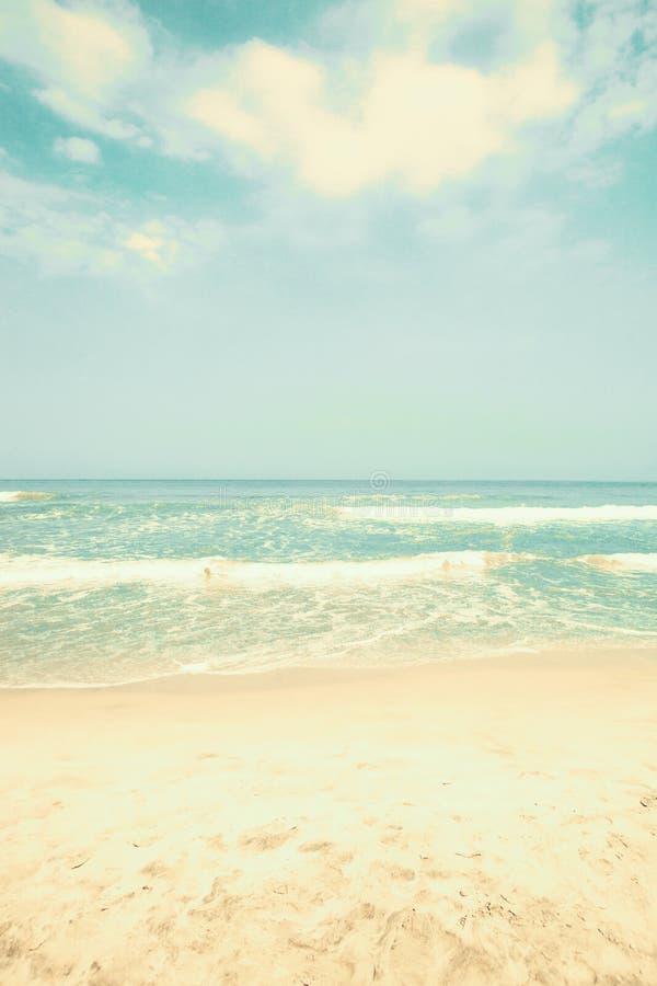 παραλιών ακτών θερινή κυματωγή πετρών άμμου της Κύπρου μεσογειακή στοκ φωτογραφίες