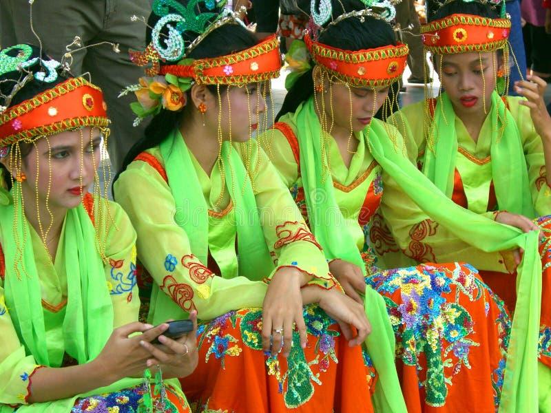 Παραδοσιακά λαμπρά ντυμένα ινδονησιακά κορίτσια στοκ εικόνες