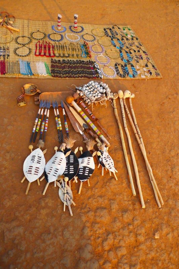 Παραδοσιακά αναμνηστικά για την πώληση στο ζουλού χωριό Shakaland, Νότια Αφρική στοκ εικόνα